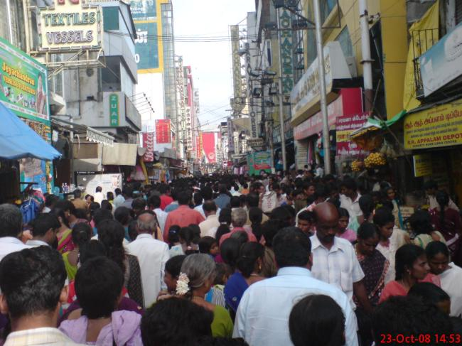 angaadi theru crowded